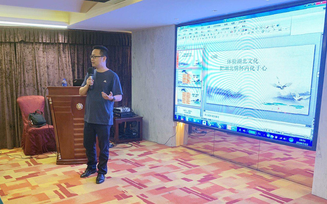 「楚才夏令營」的朗誦課,主講人李斌是中國廣播協會十佳主持人,也是湖北廣電高級編審...