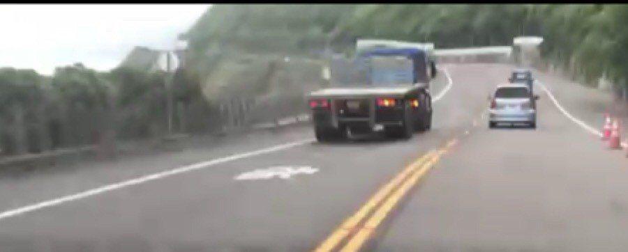 昨日下午瑞芳警分局交通分隊執行巡邏勤務時,發現一台大型拖板車不斷以閃燈逼迫前車讓...
