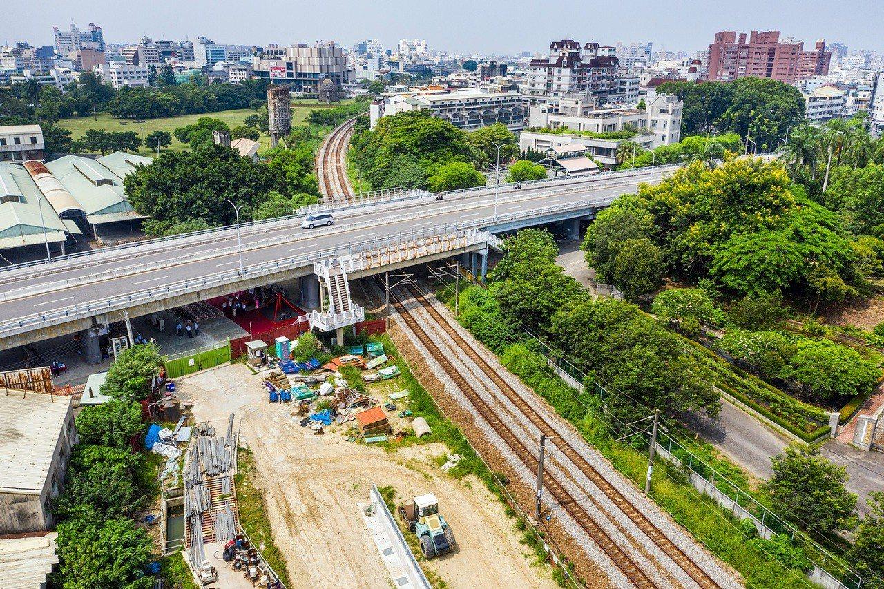 嘉義市區鐵路高架化計畫臨時軌工程(C602標)今天在博愛陸橋下工程預定地,舉行動...