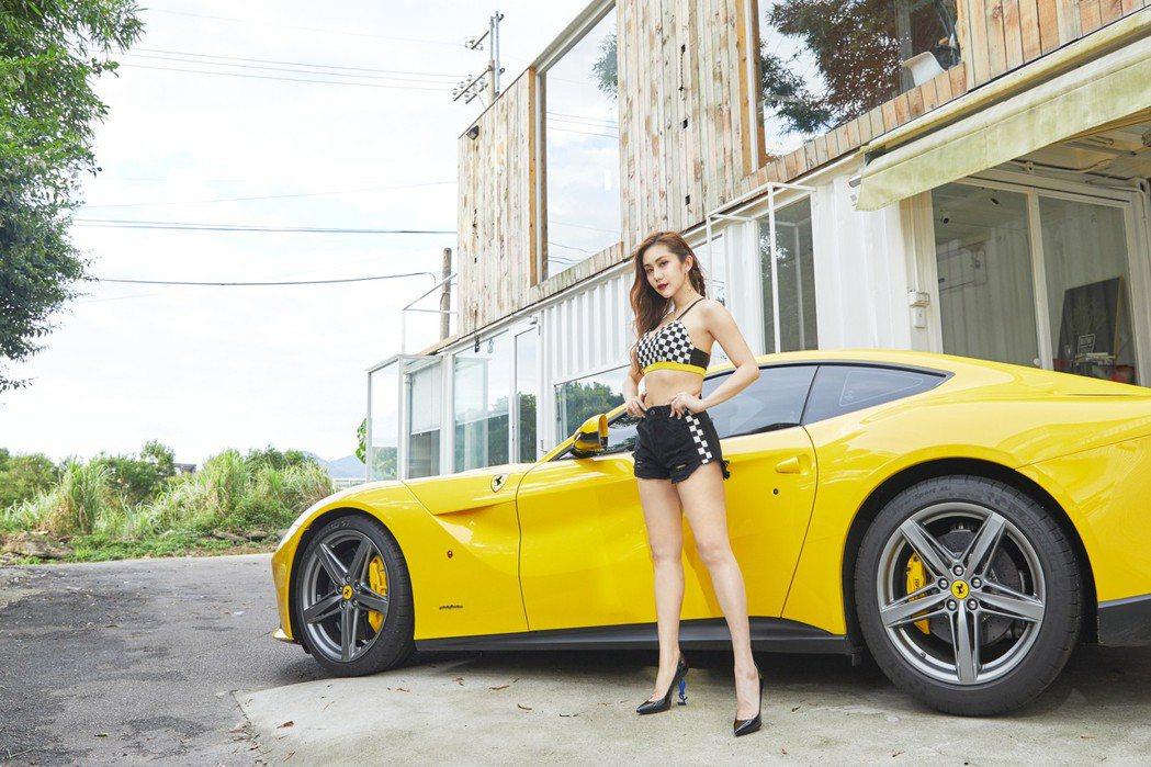 王宇婕化身性感賽車女郎。圖/CHOYeR提供