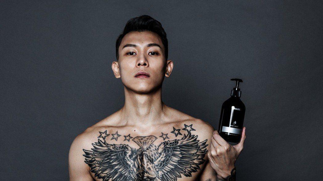 瘦子7位數代言男性沐浴乳。圖/SHARE香水吊卡提供