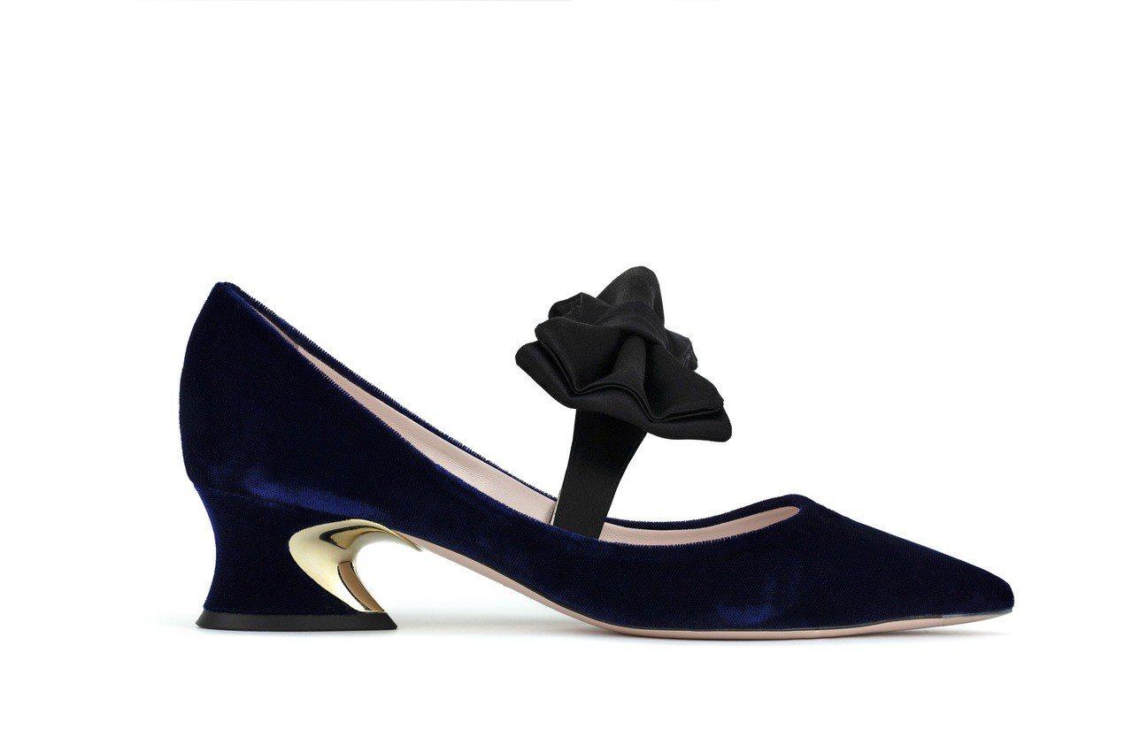 Roger Vivier Courbette蝴蝶結絲絨跟鞋,37,000元。圖/...