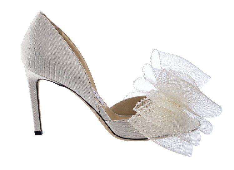 Jimmy Choo以白色立體蝴蝶結裝飾ADESU高跟鞋,透明、多層次的輕紗材質...