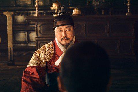 南韓國民影帝宋康昊在「寄生上流」當中,詮釋努力融入上流家庭的底層社會窮爸爸;這回在最新主演強片「王的文字」當中,直接搖身成為含著金湯匙出身的尊貴「世宗大王」。這不僅是他第三度演出歷史題材電影,更是繼...