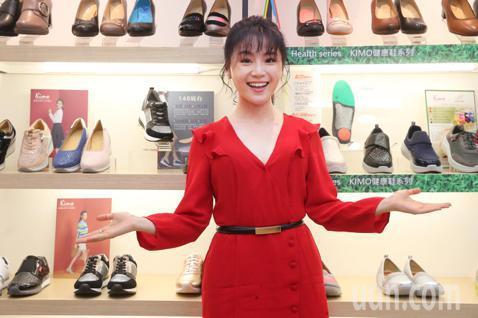 由童星起家,同時也是金鐘獎得主楊小黎今天出席Kimo德國品牌手工氣墊鞋第15家門市開幕活動,同時擔任一日店長。創立於2009年的Kimo,以高品質老師傅手藝的舒適鞋履享譽鞋業。歷經不斷的創新與改變,...
