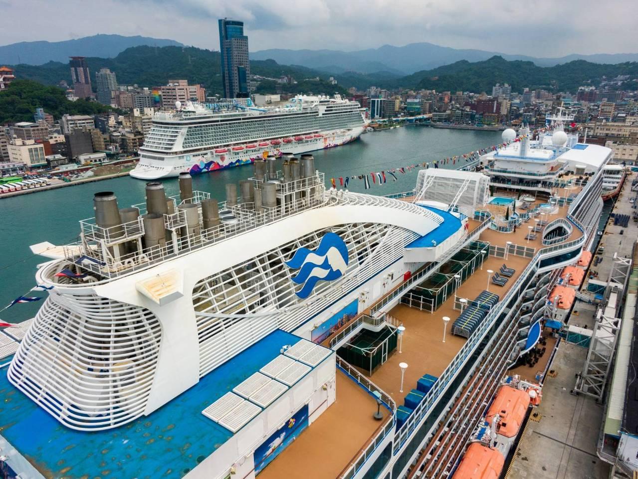 今年7月盛世公主(下)與世界夢(上)雙輪會。台灣港務公司基隆港務分公司提供