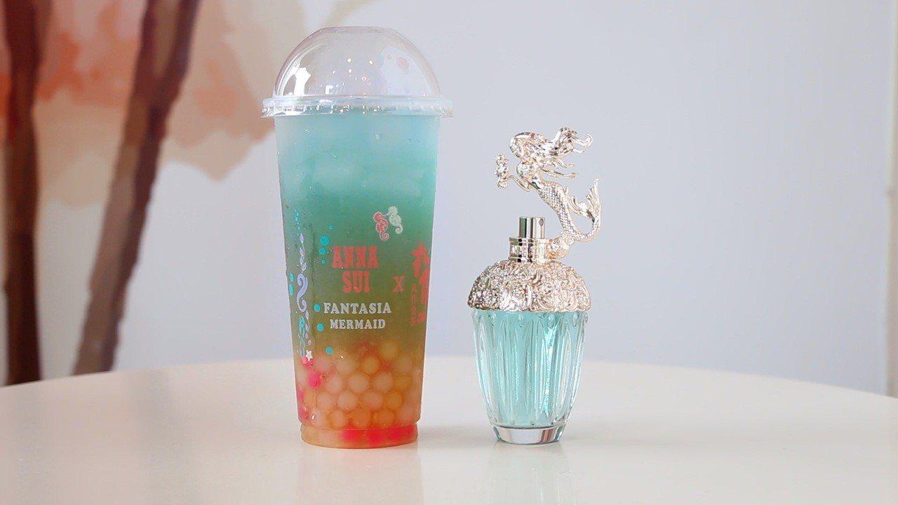 ANNA SUI香氛、丸作食茶攜手推出聯名飲品「under the sea 藍海...