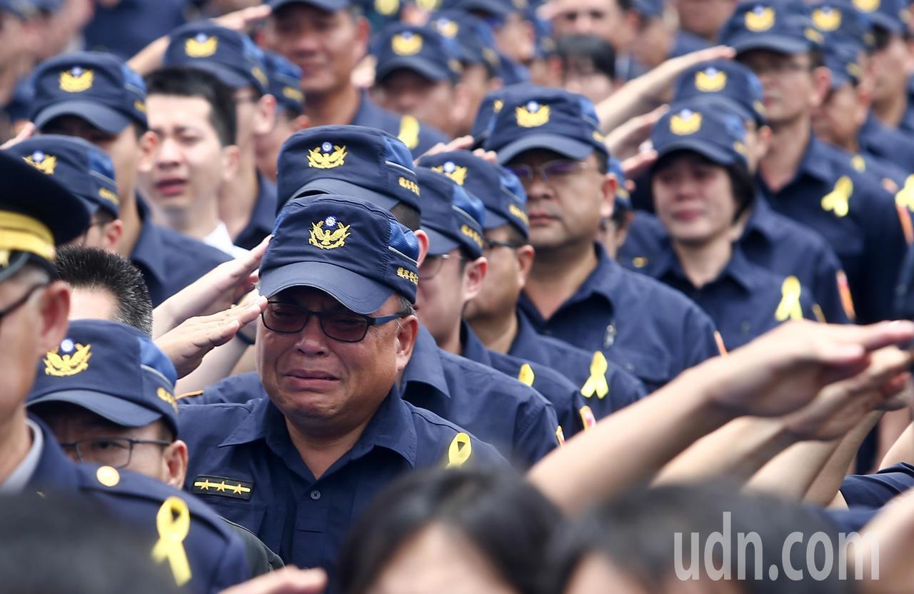 上百名員警列隊,李承翰的靈柩上棺木時,全體同事列隊敬禮,大喊「承翰任務結束了」,...