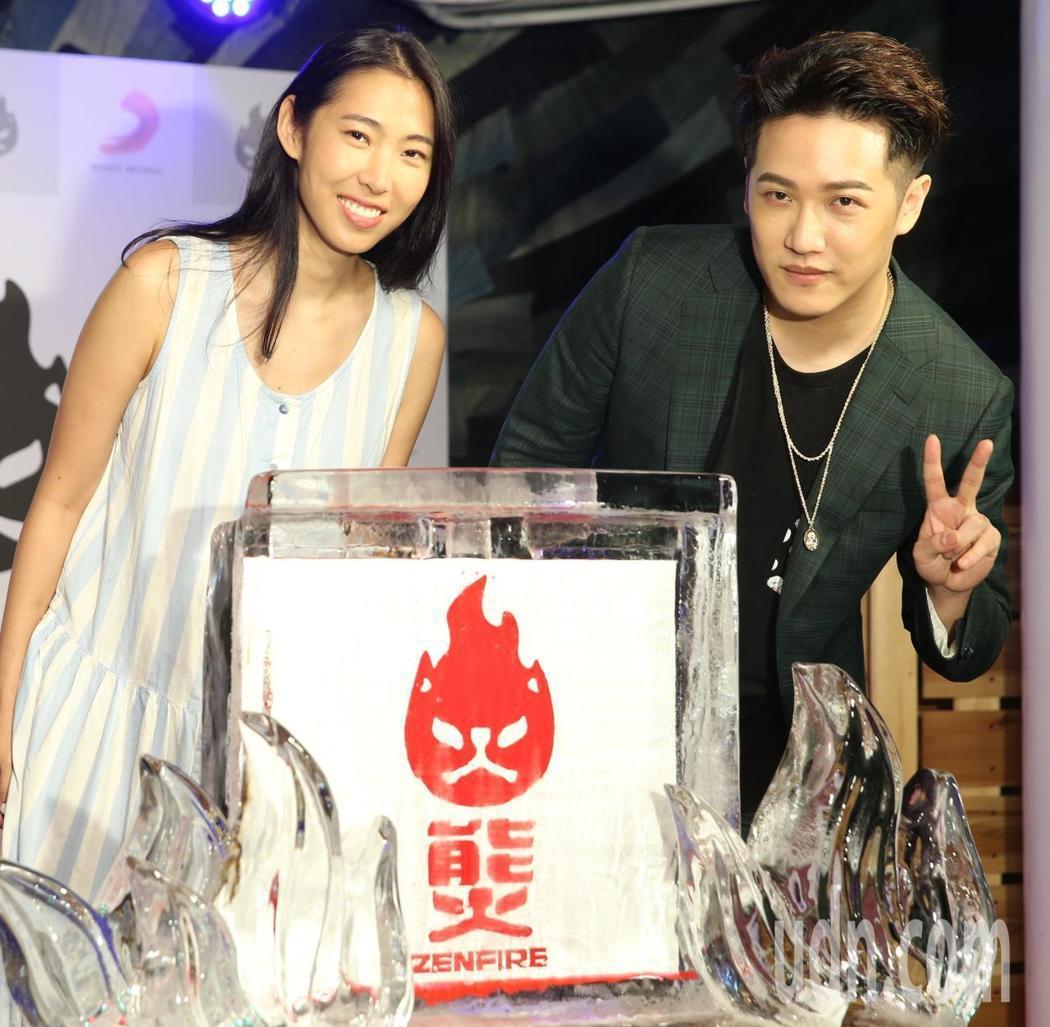 熊仔(右)接下「能火」的創意總監,師姐王若琳站台。記者侯永全/攝影