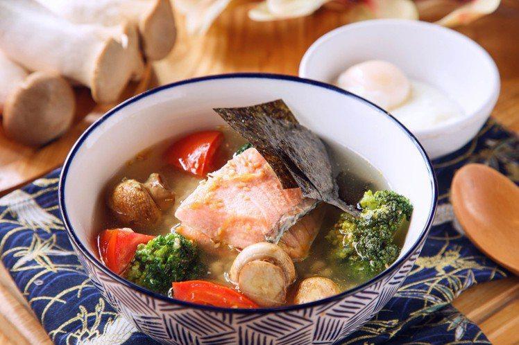 周五日式香蒜鮭魚茶泡飯。圖/美威鮭魚提供