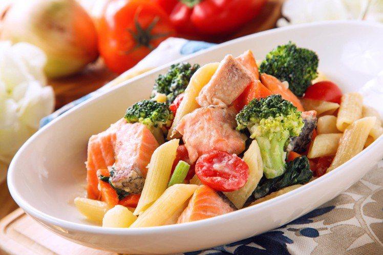 周一奶油鮭魚菠菜筆管麵。圖/美威鮭魚提供