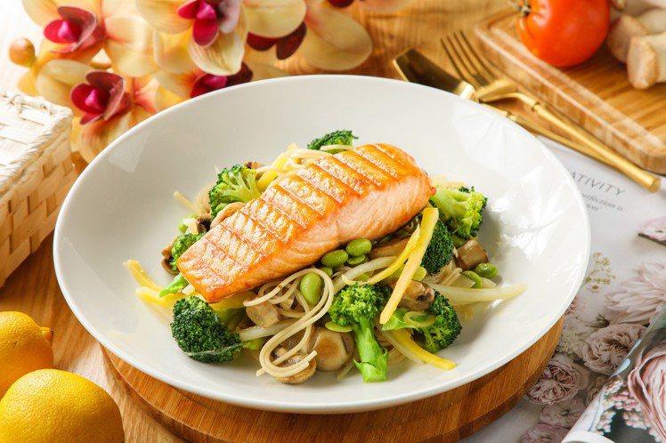 周四法式香蒜鮭魚鮮蔬義大利麵。圖/美威鮭魚提供