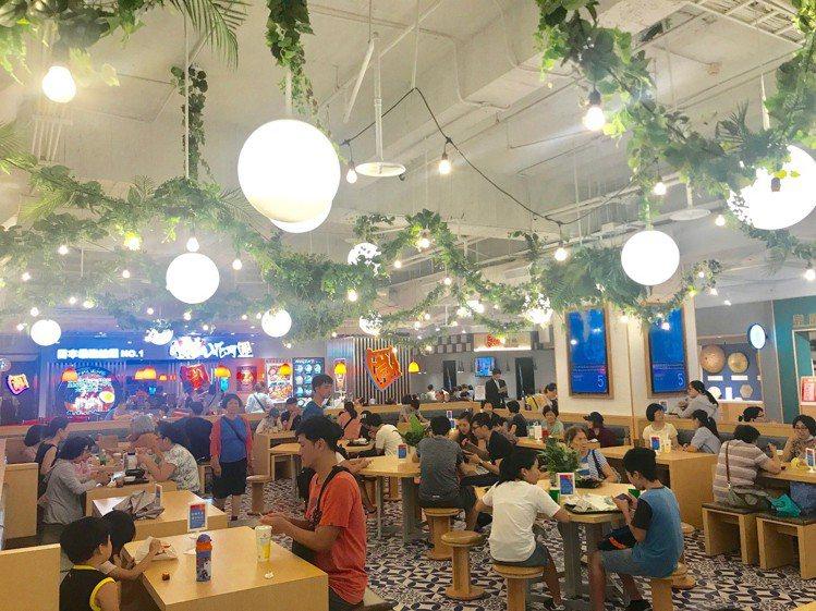 比漾廣場B2美食街「秀朗市場」改裝新開幕,帶動全館人潮、業績成長。記者江佩君/攝...