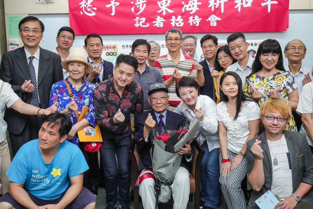 台中市長盧秀燕(右)感謝鄭愁予在台中留下珍貴資產,友人歡送。記者陳秋雲/攝影