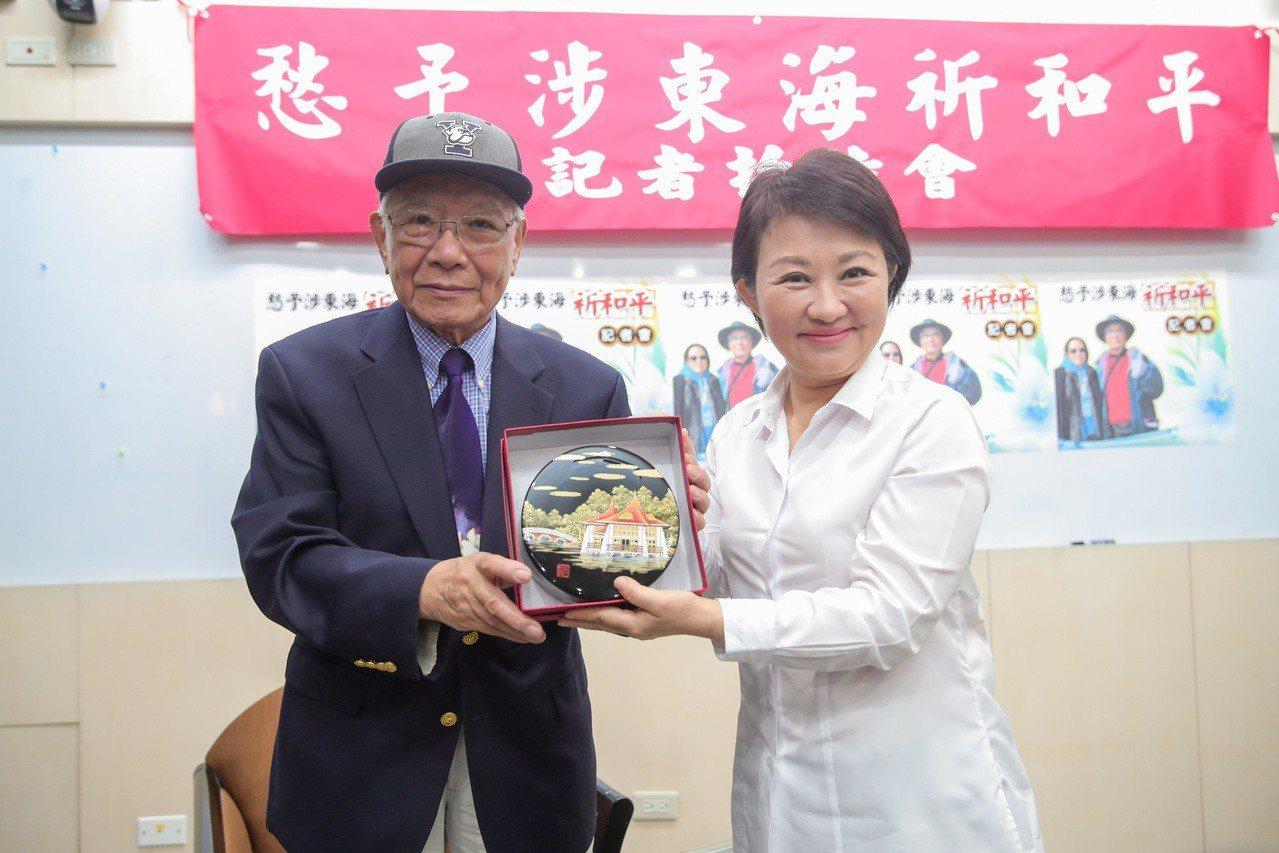 台中市長盧秀燕(右)感謝鄭愁予在台中留下珍貴資產。記者陳秋雲/攝影