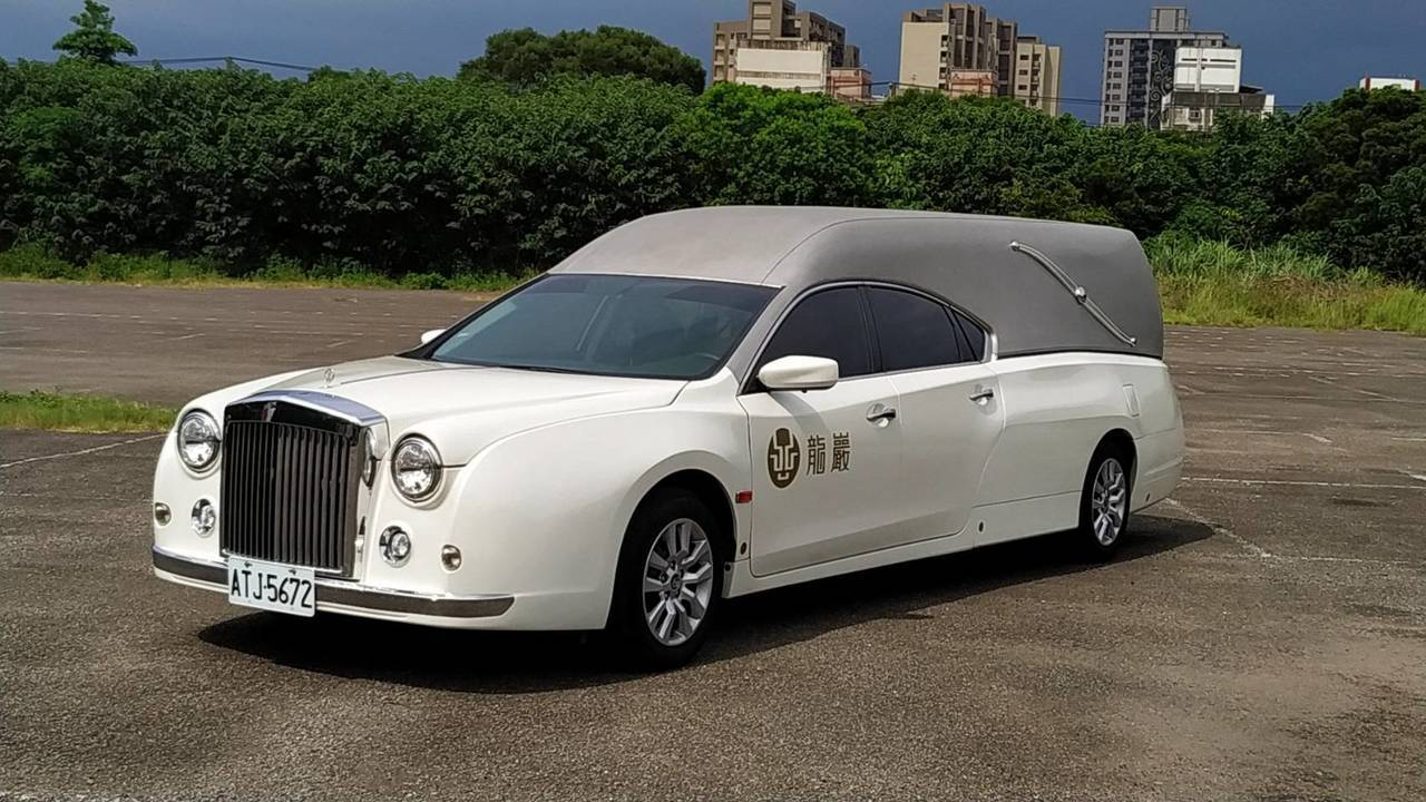 龍巖購入日本原裝進口高岡手工打造的夢幻典雅珍珠白系列西式靈車。業者提供