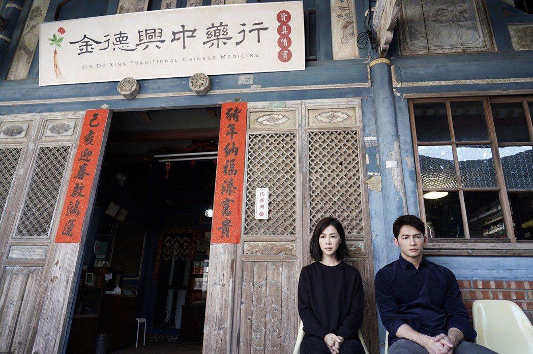 謝盈萱(左)、溫昇豪演出「俗女養成記」。圖/華視提供