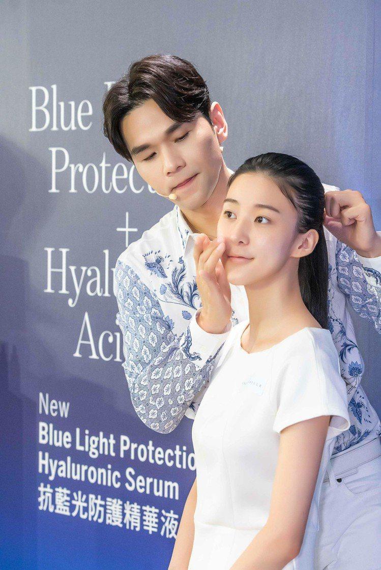 凱文老師示範,如何使用香緹卡抗藍光防護精華液。圖/香緹卡提供