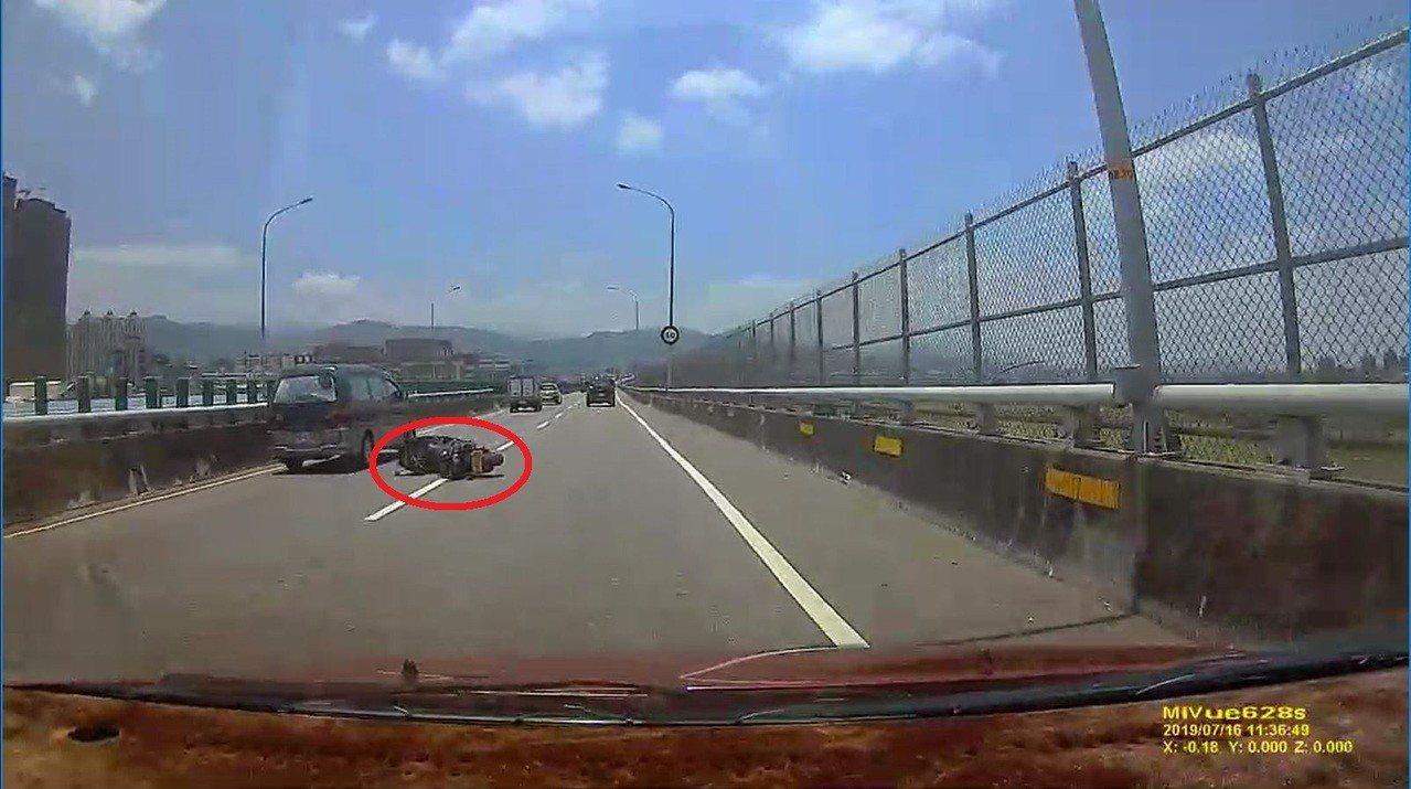 郭男騎乘的重型機車則在距離郭男約100公尺處被發現。記者柯毓庭/翻攝自LINE群...
