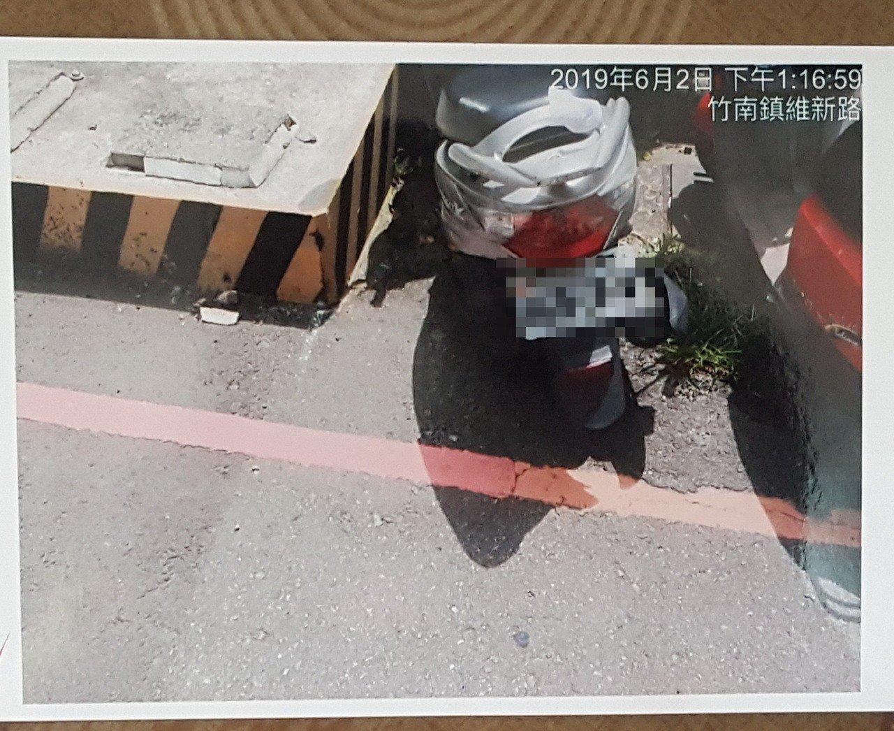 苗栗縣游姓竹南鎮民在竹南火車站外的維新路,被頭份警方逕行告發違停,但罰單、違規照...