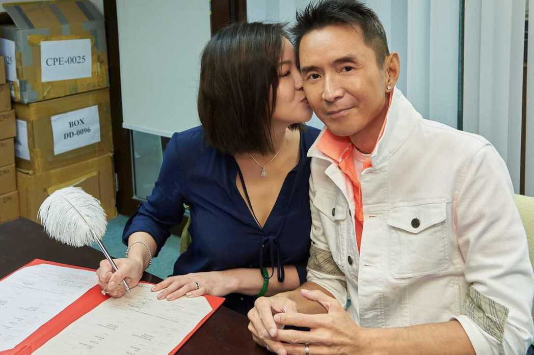 林立洋和20年鐵粉Erin簽字領證,正式成為夫妻。圖/林立洋提供