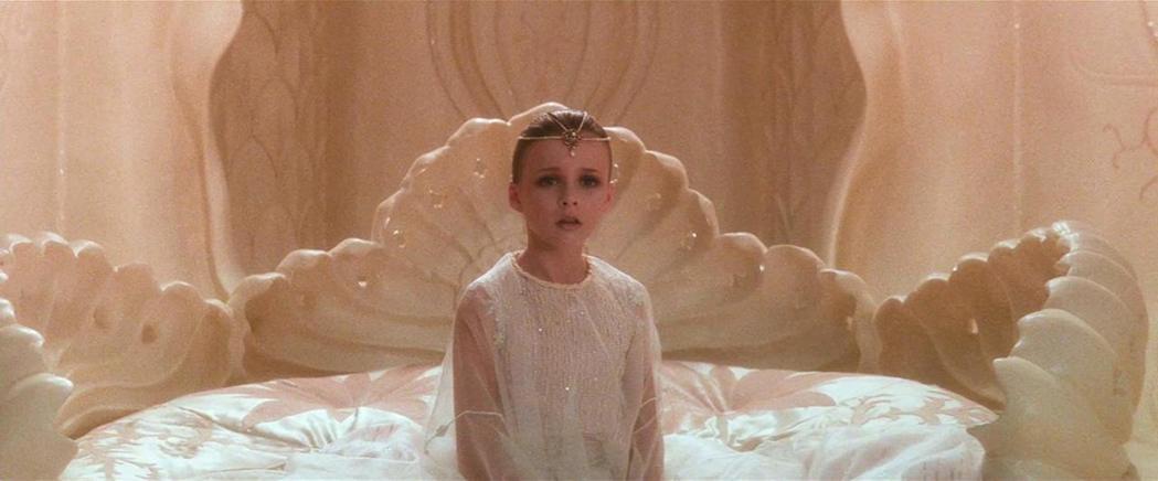 妲蜜史卓納克在「大魔域」中的童顏女王造型高貴、仙氣逼人。圖/摘自imdb