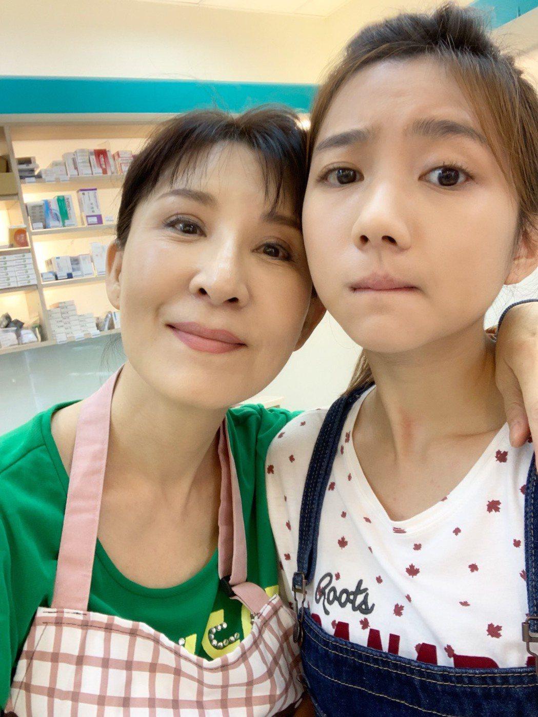 林玉書(右)和飾演奶奶的賴青昀感情好。圖/民視提供