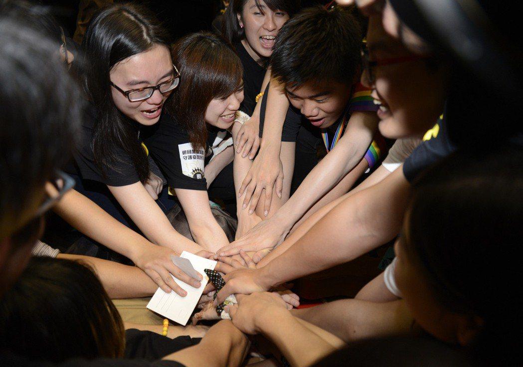 2014年太陽花學運退場前,議場內的學生彼此加油打氣。 圖/聯合報系資料照片
