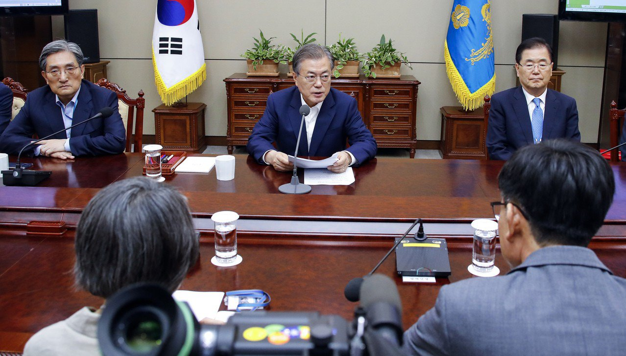 南韓總統文在寅(中)陸續與高階幕僚和產業界開會,討論如何因應日本的管制措施。 (...