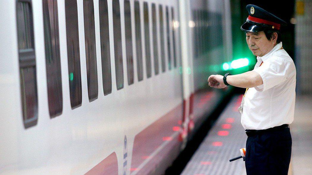 台鐵局向交通部爭取比照軍公教生活津貼。 報系資料照
