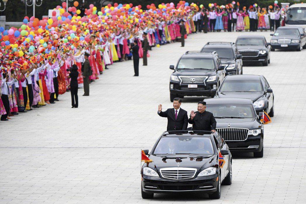 中國大陸國家主席習近平上月訪問平壤時,也跟金正恩一起站在賓士轎車內接受北韓民眾歡...