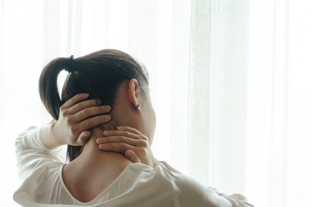 心臟病不一定只有是胸痛、也可能出現上腹疼痛症狀,甚至背痛、下巴痛、牙齒痛。圖/i...