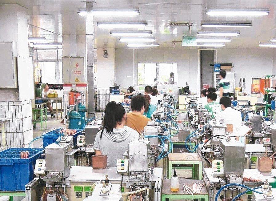 政府引頸期盼台商回流帶動投資熱潮,但其實台商傾向遷至東協國家的比率仍高於台灣。 ...