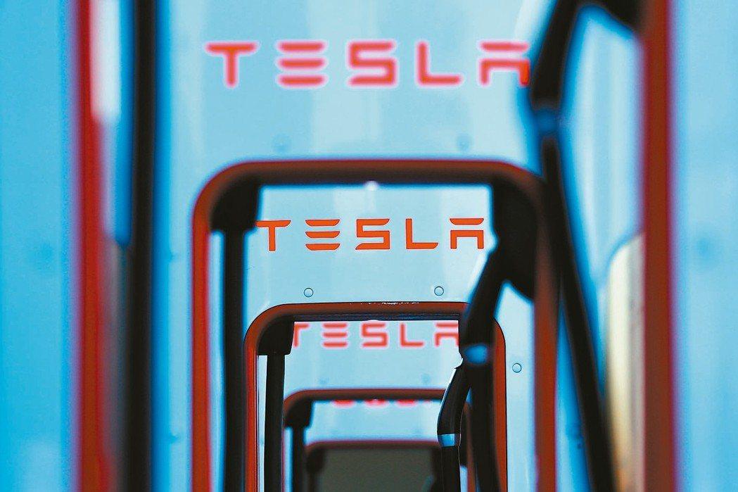 受惠於控制支出,電動車大廠特斯拉(Tesla)第3季意外出現盈餘,為近一年來首見...