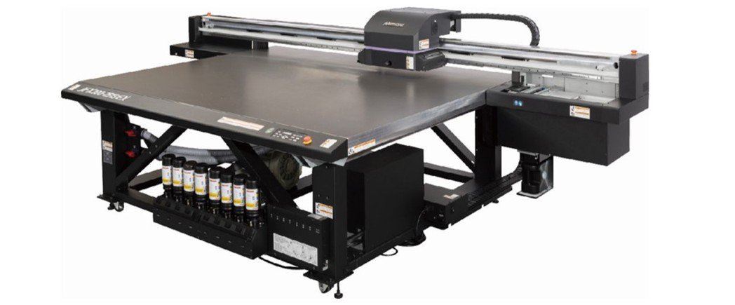 大版面LED-UV平台式噴墨印刷機JFX200-2513 EX。台灣御牧/提供