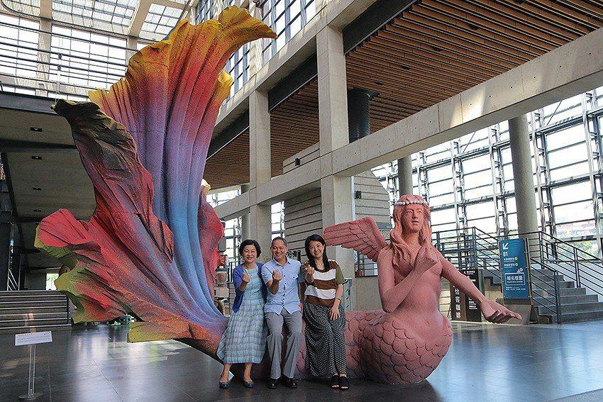 新北市文化局長蔡佳芬(右起)、藝術家游忠平及陶博館長吳秀慈與《我愛超級美人魚》。...
