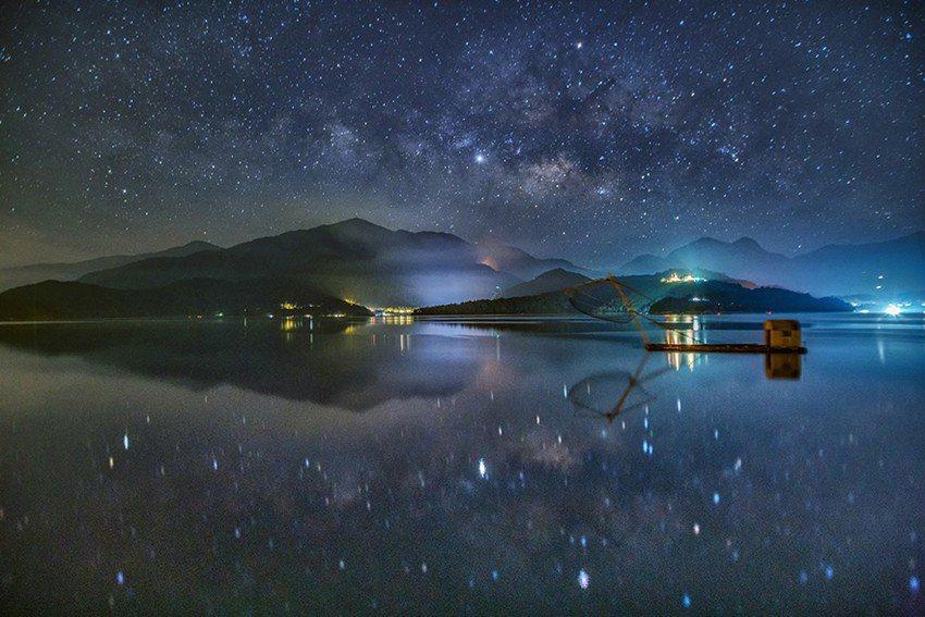璀璨的銀河與日月潭平靜的水面相輝映,呈現出360度完美的鏡面星空。 日月潭涵碧樓...