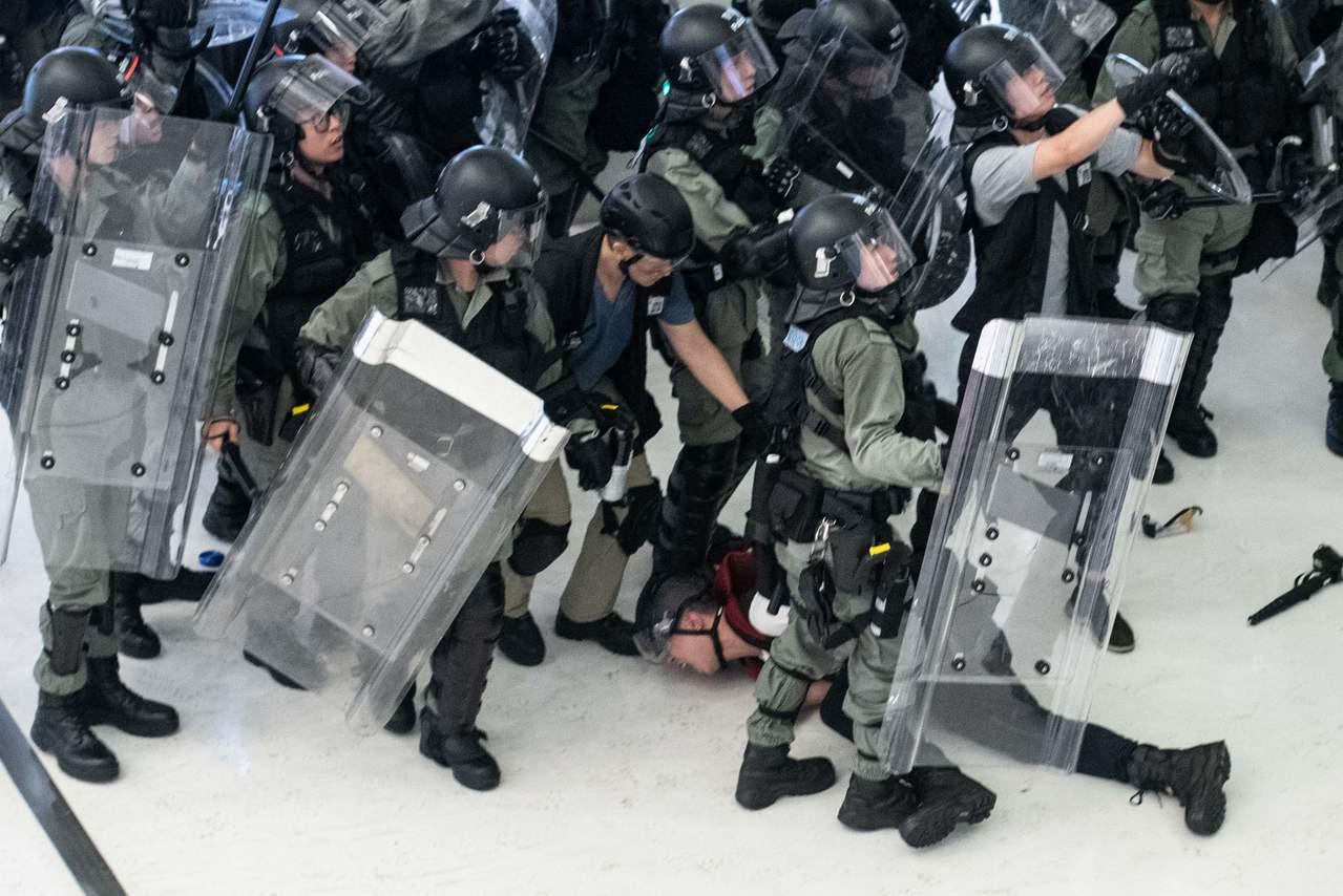 香港警察:不願夾在示威者與政府中間 警隊高層不斷把我們推去『送死』 法新社