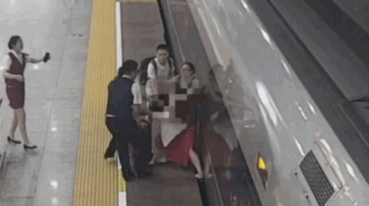 女子誤點硬闖高鐵站,將腳伸入月台縫阻止開車。 翻攝畫面