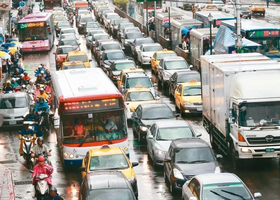 7月要繳「汽機車燃料費」,多家銀行推出刷卡繳納優惠。 圖/聯合報系資料照片