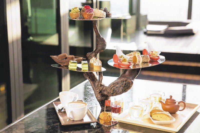 「天空樹茶饗宴」以日式盆景造型來呈現,天空樹上面三層全放甜點,鹹點則另外擺放。 圖/CÉ LA VI Taipei提供