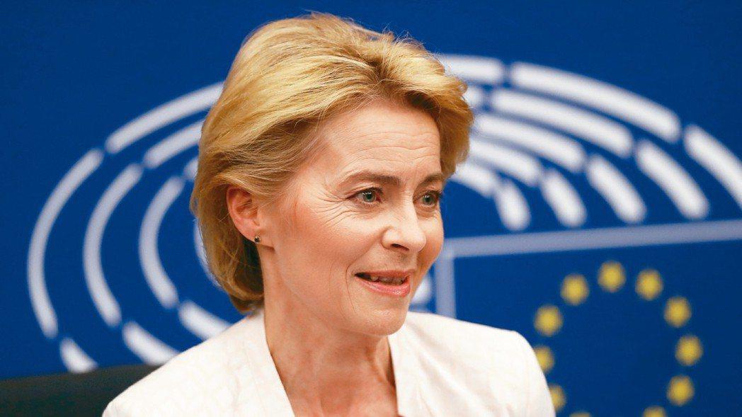 德國國防部長范德賴恩16日獲選為歐盟執委會首位女主席。 美聯社