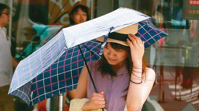 輕度颱風丹娜絲發布陸上颱風警報,受颱風逼近影響各地陣風逐漸轉強。氣象局提醒,中...