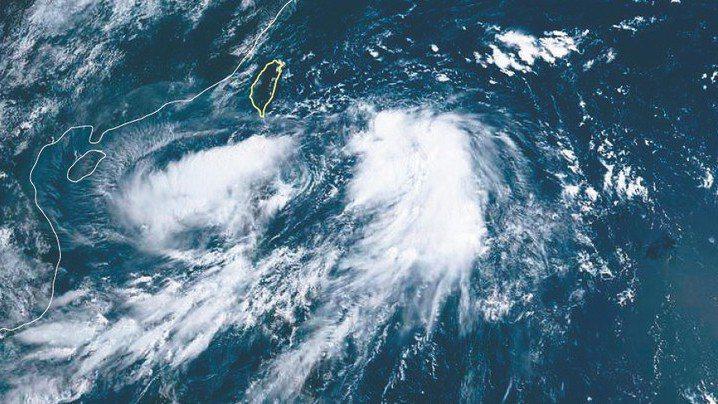 輕度颱風丹娜絲持續接近台灣,中央氣象局上午11時30分發布陸上颱風警報。氣象局預...