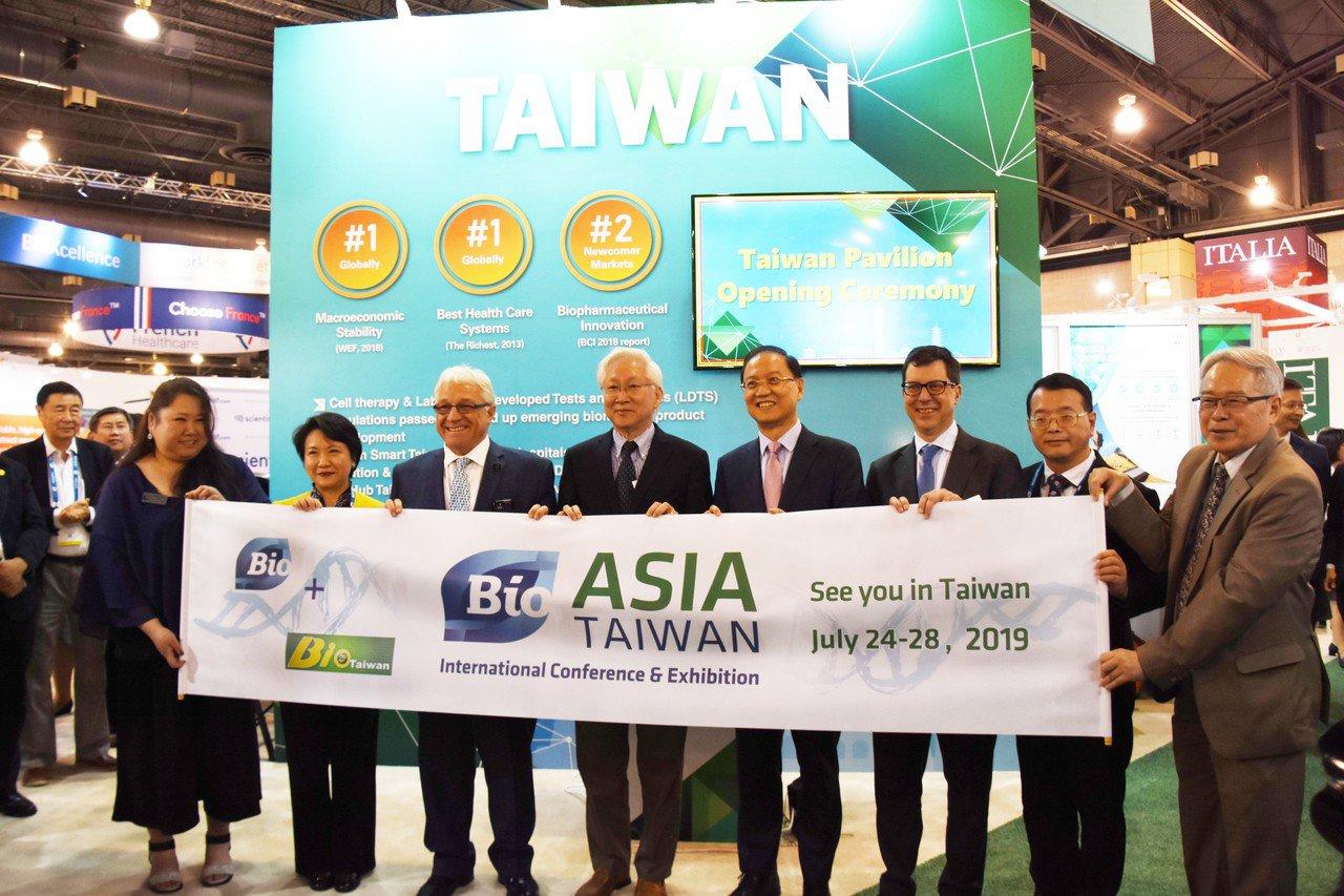 全球BIO總裁葛林伍德(Greenwood)(左三)、台灣生物產業協會(Taiw...
