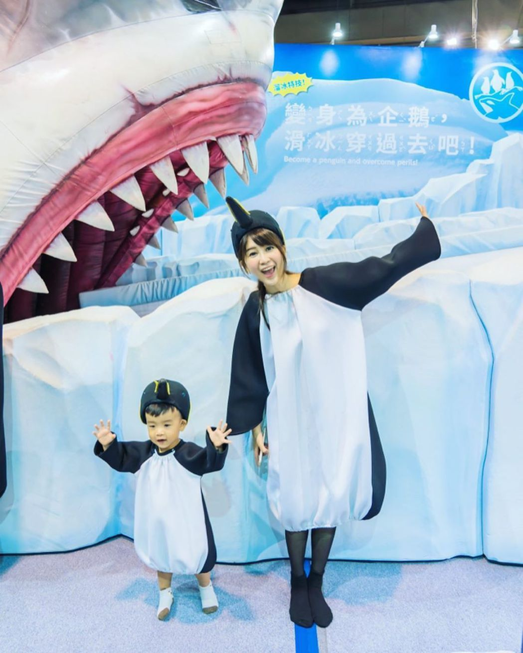 親子穿上可愛的企鵝裝,帶上企鵝帽揮動翅膀,體驗變身成為企鵝的樂趣。 圖/聯合數位...