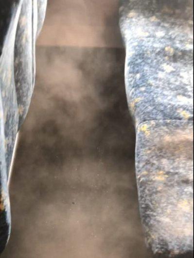旅客拍了幾下座椅,馬上飄出一團濃濃灰塵。圖擷自每日郵報