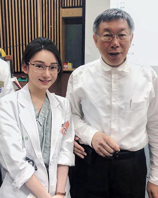 女醫師曾和和台北市長柯文哲合照。圖/取自Instagram