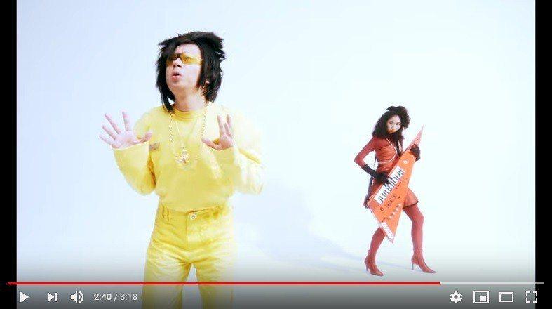 呱吉(左)客串MV讓網友驚喜。圖/翻攝自「愛情雨」MV