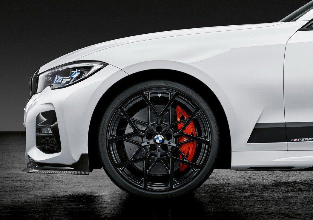 M Performance 20吋Y型立體雙幅式鋁圈組搭配紅色卡鉗強化剎車系統。...